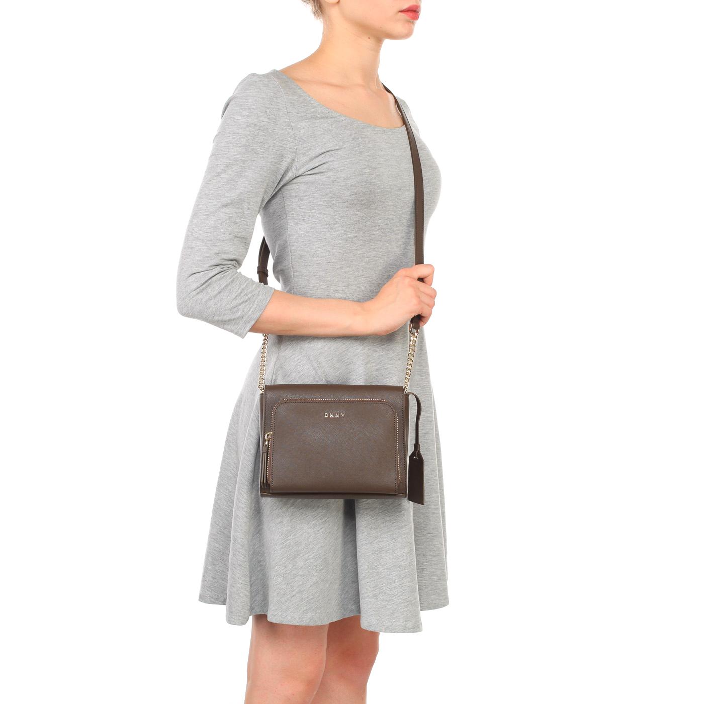 1c5a77047e0e ... Маленькая коричневая сумка из сафьяновой кожи через плечо DKNY Saffiano  ...